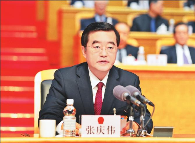 左上图:张庆伟主持省十三届人大一次会议开幕式。