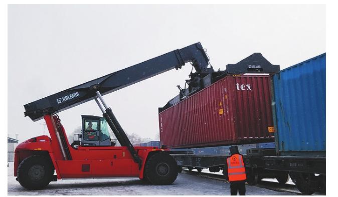 铁路工人正在为X 2402次班列装车