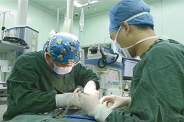 新生儿危在旦夕 救护车疾驶18小时从重庆送到杭州