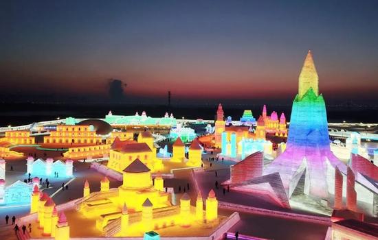哈尔滨冰雪节冰冻城堡,迷幻如童话世界,施工队引英媒点赞