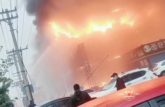 齐齐哈尔甘南县一商场凌晨发生火灾 现场浓烟滚滚