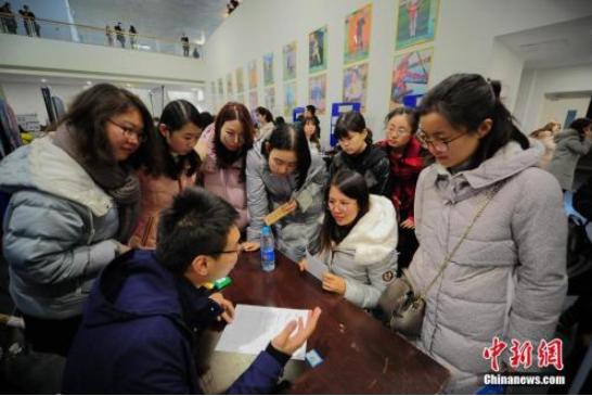 资料图:天津市第四届女大学生专场招聘会在天津大学举行。中新社记者 佟郁 摄