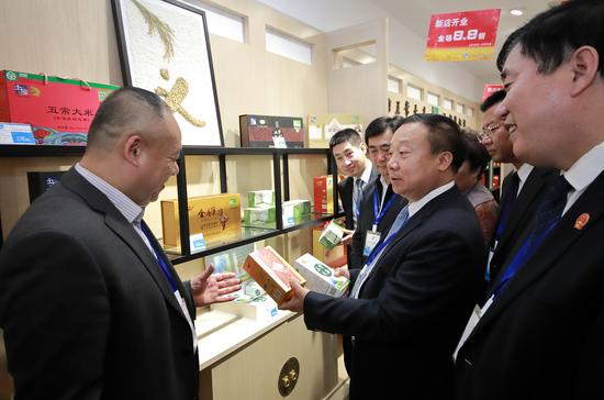 五常市委书记张希清与入驻企业交流(右二)