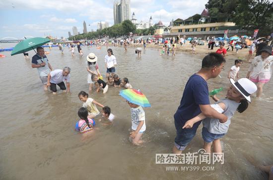 近日,市民在江上尽情戏水,惬意过夏天
