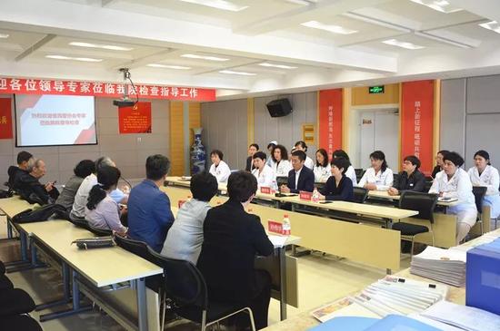 黑龙江玛丽亚妇产医院院长吴丽君、医疗院长王玉兰等多位领导、科室主任在7楼会议室与专家组面对面交流