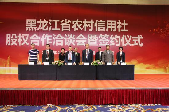 ↑ 图为改制农村信用社与意向法人企业现场签约。