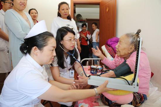 哈尔滨市第一医院特诊七病房主任刘芳博士率医护专家团队为贫困户义诊
