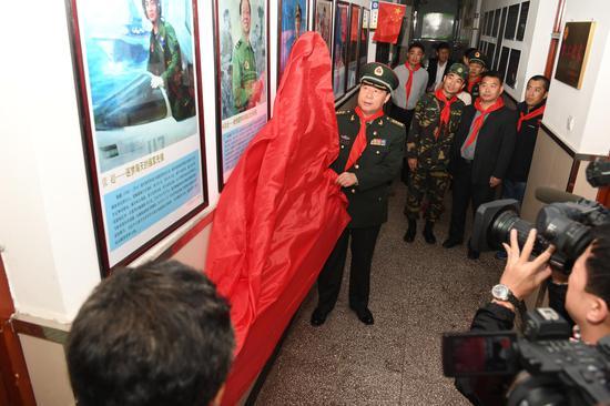 哈尔滨市委常委、哈尔滨警备区政委韩玉平并为十大英模人物画像揭幕