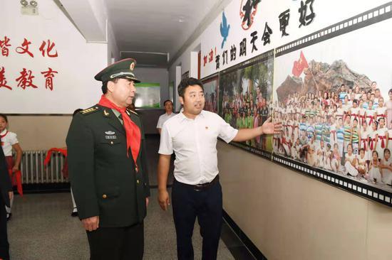 哈尔滨市委常委、哈尔滨警备区政委韩玉平参观香和小学