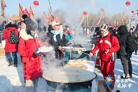 在煮饺子区架设了50口大锅,用冰水煮冻饺,千人同吃冻饺子。
