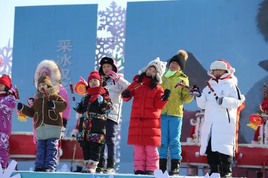 十五名小学生齐唱《采冰谣》。