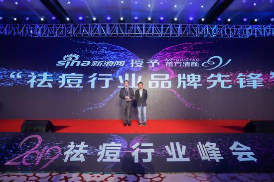 左:苗方清颜首席战略官丰平右:新浪集团副总裁李烽