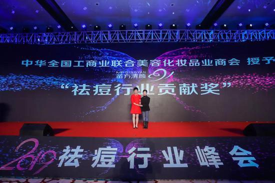 左:苗方清颜董事长刘莉;右:中华全国工商业联合会美容化妆品业商会会长马娅