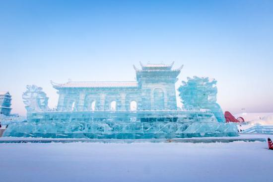 """(哈尔滨冰雪大世界的""""冰上龙舟""""景观 摄影师:徐帅)"""