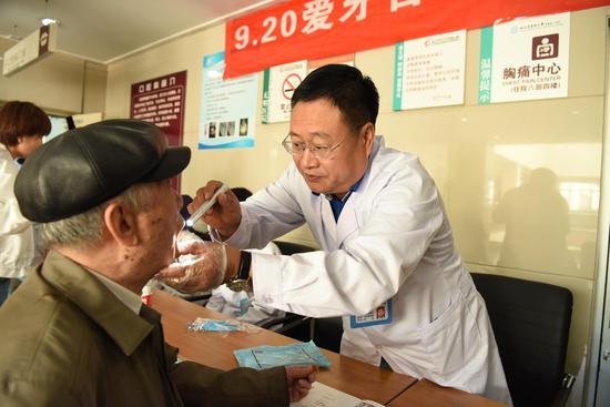 口腔颌面外科主任李春明教授为患者进行检查