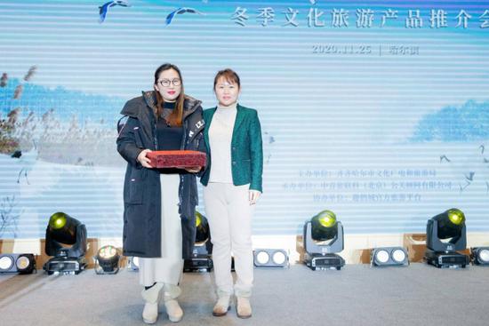 黑龙江省文化和旅游厅营销推广处副处长何湘源为一等奖获得者颁奖