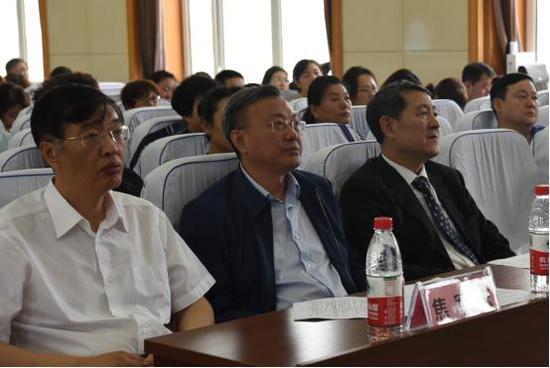 哈尔滨医科大学党委书记张斌(左二)出席大会开幕式