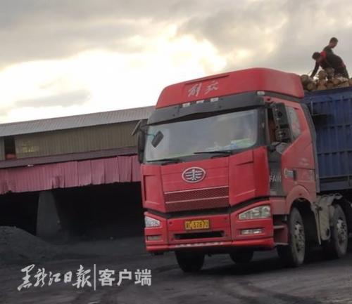 七台河峰源煤矿不时有货车驶出。