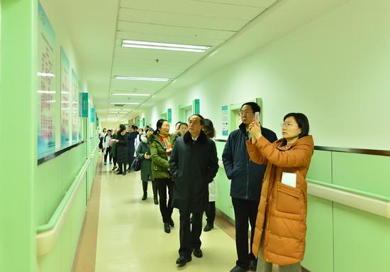 病房走廊中将高血压规范诊疗流程上墙