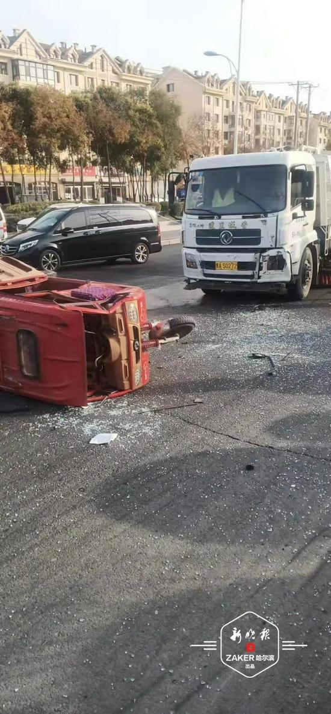 哈市四方台大道与岷山路交口发生车祸 3人受轻伤送医