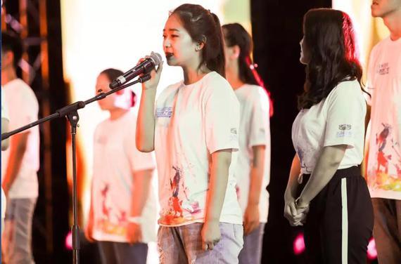 高考学子共唱《我的未来不是梦》