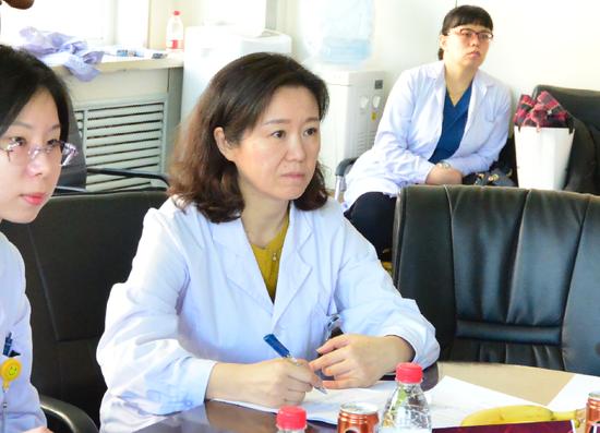 哈尔滨医科大学附属第二医院心内科副主任张烁教授认真记录专家组反馈意见