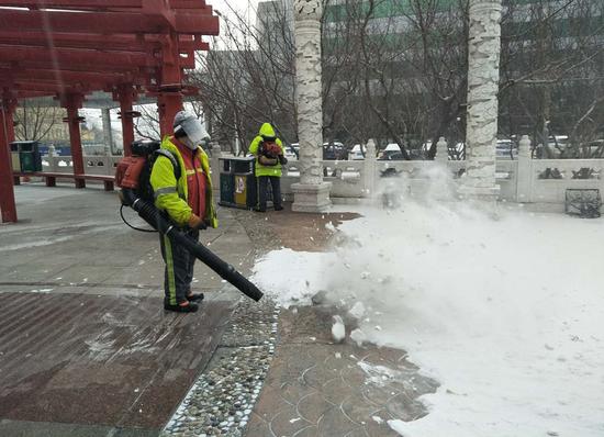 以雪为令 南岗区出动千名环卫工人快速打响清雪战役