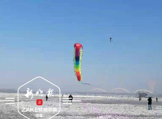 """寒江上的新年放飞:长 50 米、直径 3 米巨型""""蜈蚣"""" 2021 年首秀"""