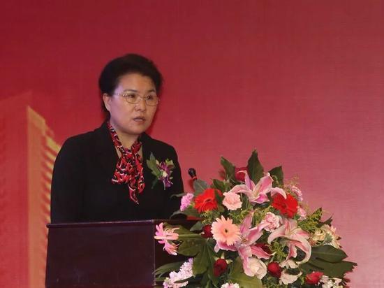 ↑ 图为黑龙江银监局副局长李兰在会上发表讲话。
