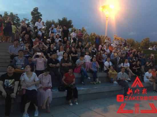 广场看台上坐满了市民。杨建平摄