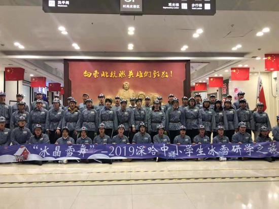 研学团的深圳学子参观国防教育基地