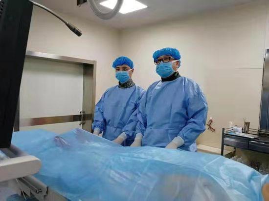 图为王嵬民主任(右)正在手术中