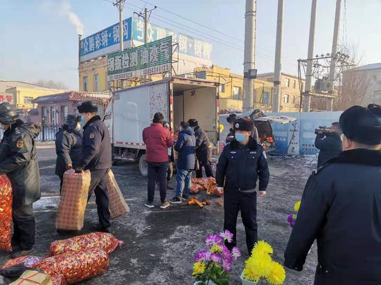 执法人员取缔冥纸冥币销售摊位现场。