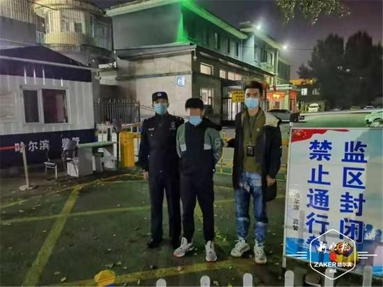 哈尔滨男子耍酒疯一连踢坏27台车的倒车镜