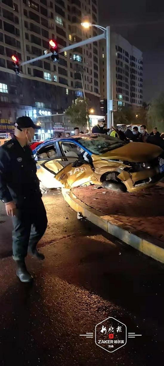 跑车撞飞出租车 殃及一名行人和两辆私家车 3人受伤