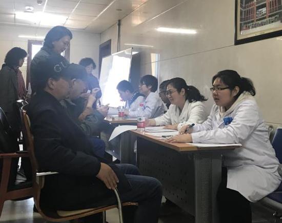 刘彬主任和团队耐心为患者看病