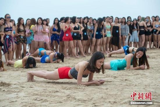 海南上百大学女生挑战比基尼三项赛