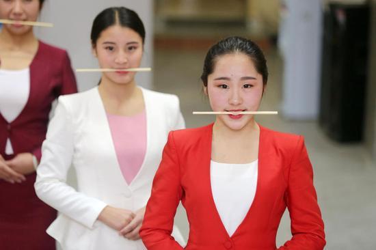 安徽美女艺考生训练 嘴咬筷子深蹲夹纸