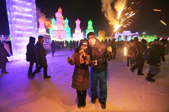 元旦小长假 近10万游人来哈尔滨冰雪大世界迎新年