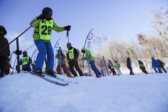 亚布力滑雪场高山大众滑雪积分赛首站告捷