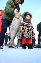 打捞上来的鱼和小孩子一样高