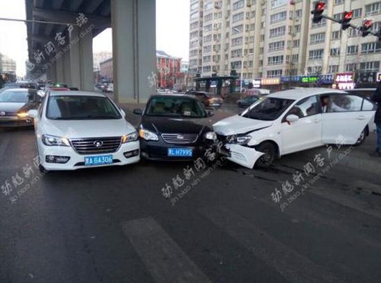 一轿车飞过隔离桩撞两台车