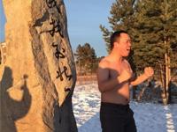 极寒天气下的东北人 游客在漠河光膀留念