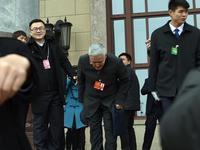 赵本山步入政协会场 再次对记者深鞠躬