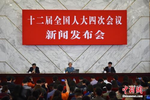 3月4日上午,十二届全国人大四次会议在北京人民大会堂举行新闻发布会。大会发言人傅莹就会议议程和人大工作回答记者提问,并回应社会关注的热点问题。 中新社记者 金硕 摄
