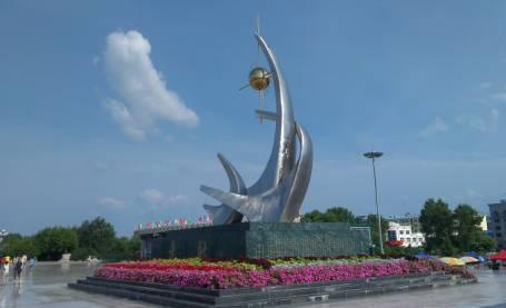沐浴在阳光下嘉荫江畔的雕塑