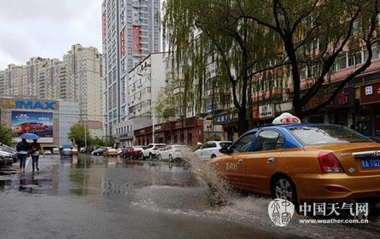 今晨,哈尔滨衡山路有积水。(林松 摄)