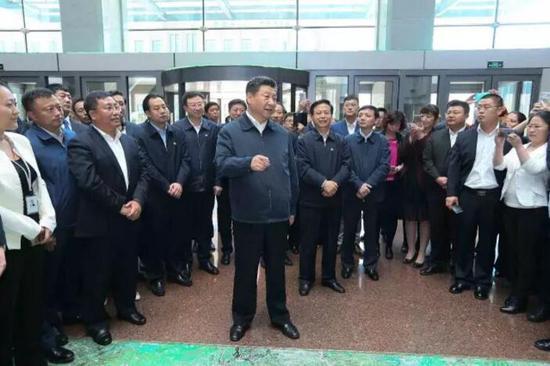 5月25日上午,习近平在哈尔滨科技创新创业大厦勉励科技人员多出成果。 新华社记者 兰红光 摄