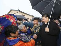 习近平黑龙江调研 雨中和全村乡亲挨个握手