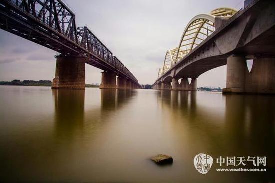阴天下的松花江大桥别有韵味